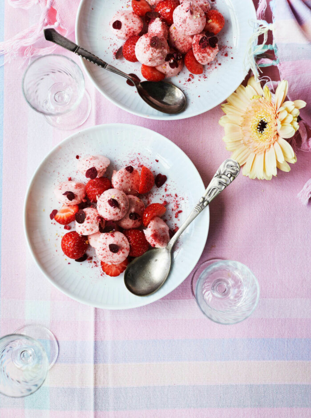 Recept på jordgubbsmousse med vit choklad
