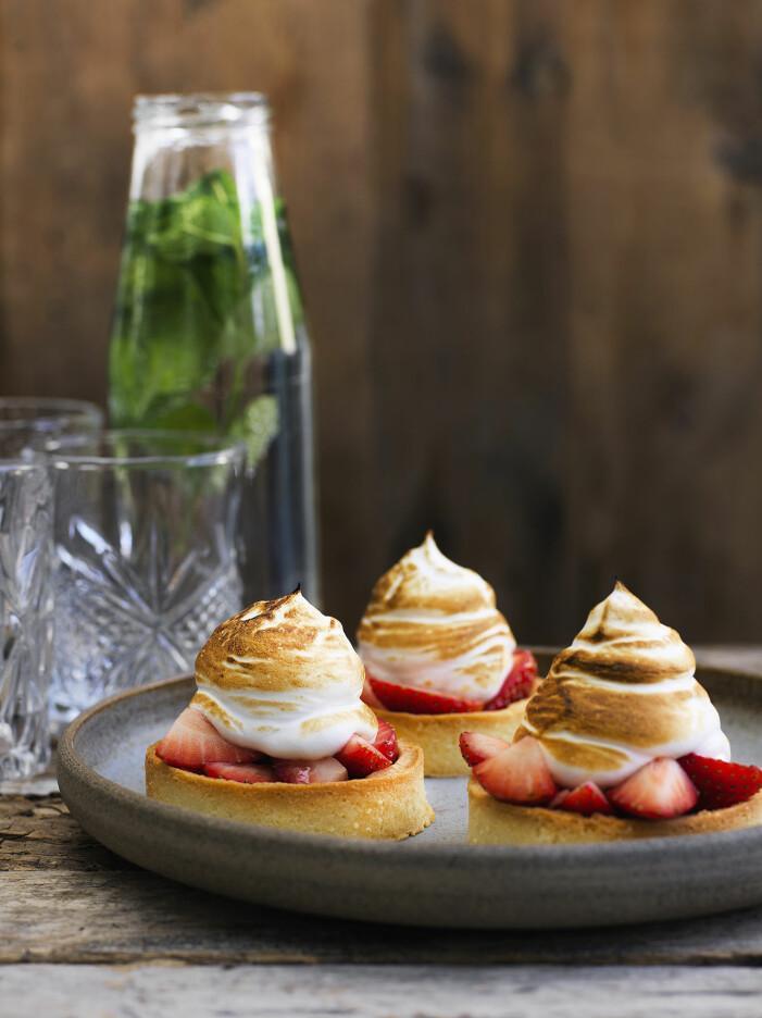 Bjud på små jordgubbspajer med maräng