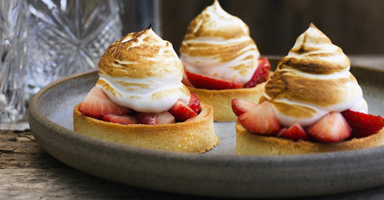 Recept på små jordgubbspajer med maräng