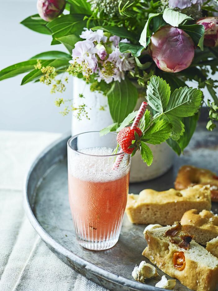 Så blandar du ihop ett festligt jordgubbsskum