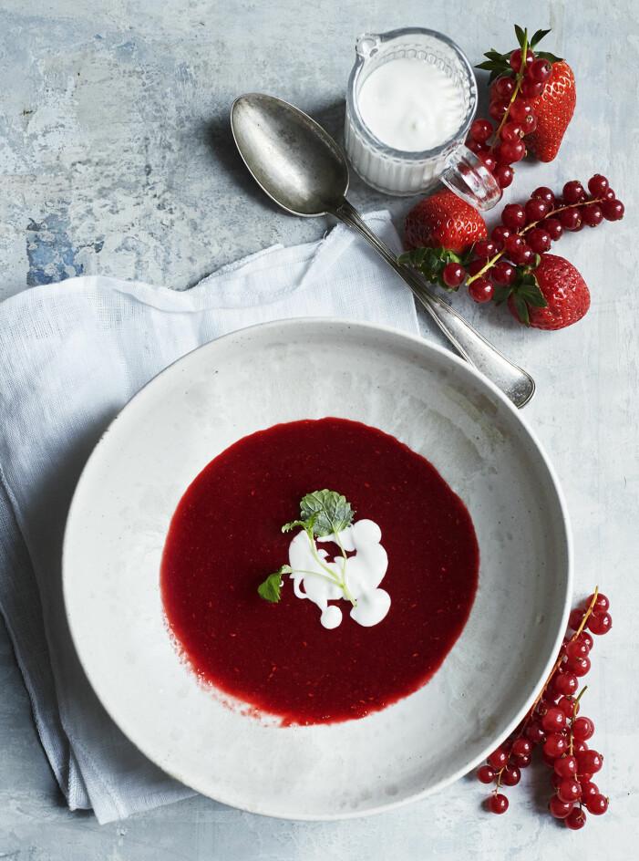 Bjud på jordgubbssoppa med vaniljgrädde