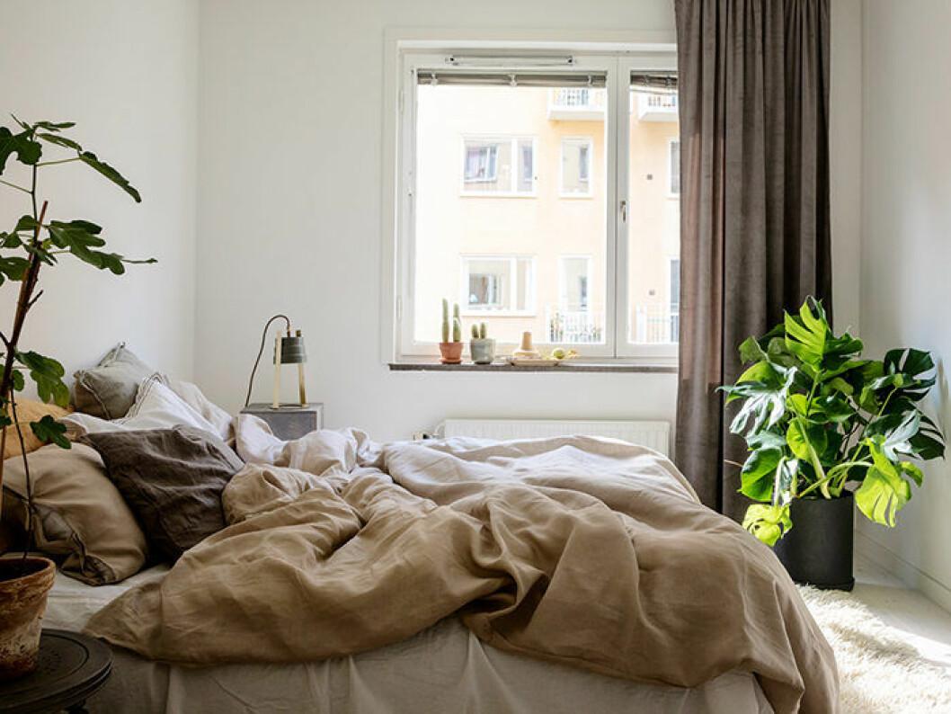 naturnära färger i sovrummet och i lakanen