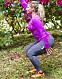 Josefin Liljegren visar en squat.