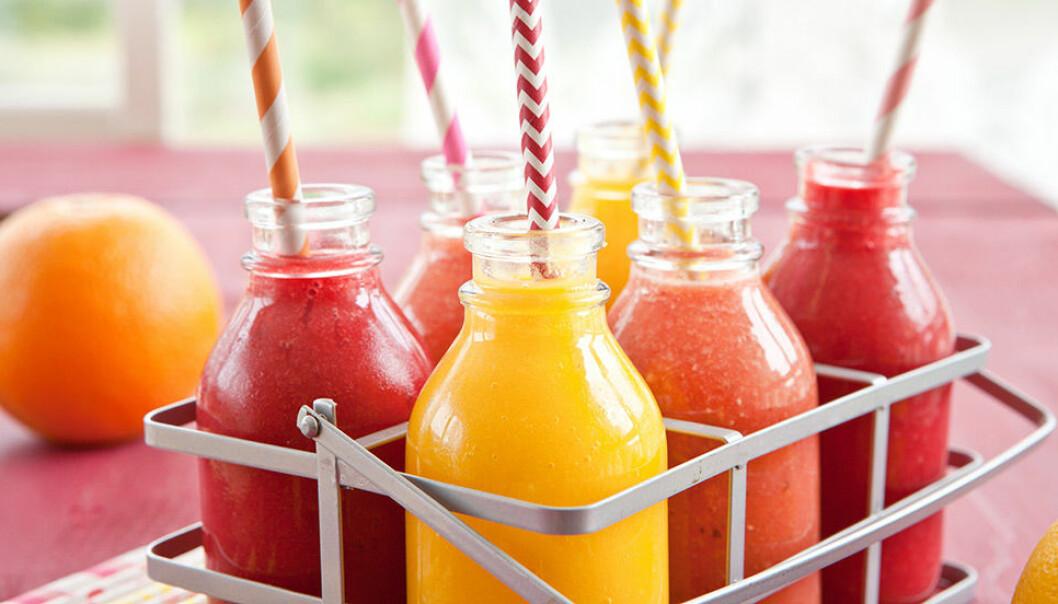 Blanda juicer eller smoothies på färska frukter och bär.