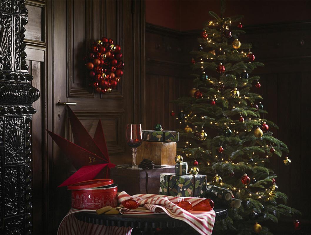 Julkrans av julgranskulor från Ikea
