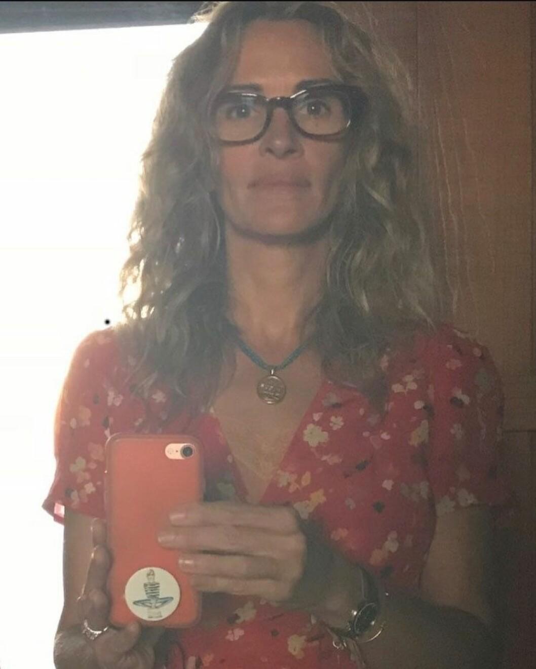Julia Roberts i glasögon, utan smink och utsläppt hår