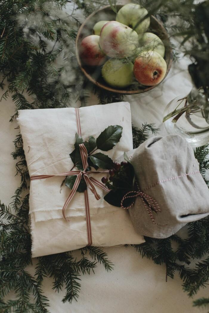 julklappar och paket inslagna med tyger och tygband