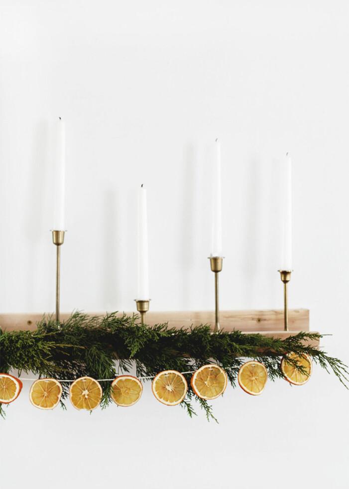 Knyt torkade apelsinskivor i ett snöre och häng upp som girlang eller hänge