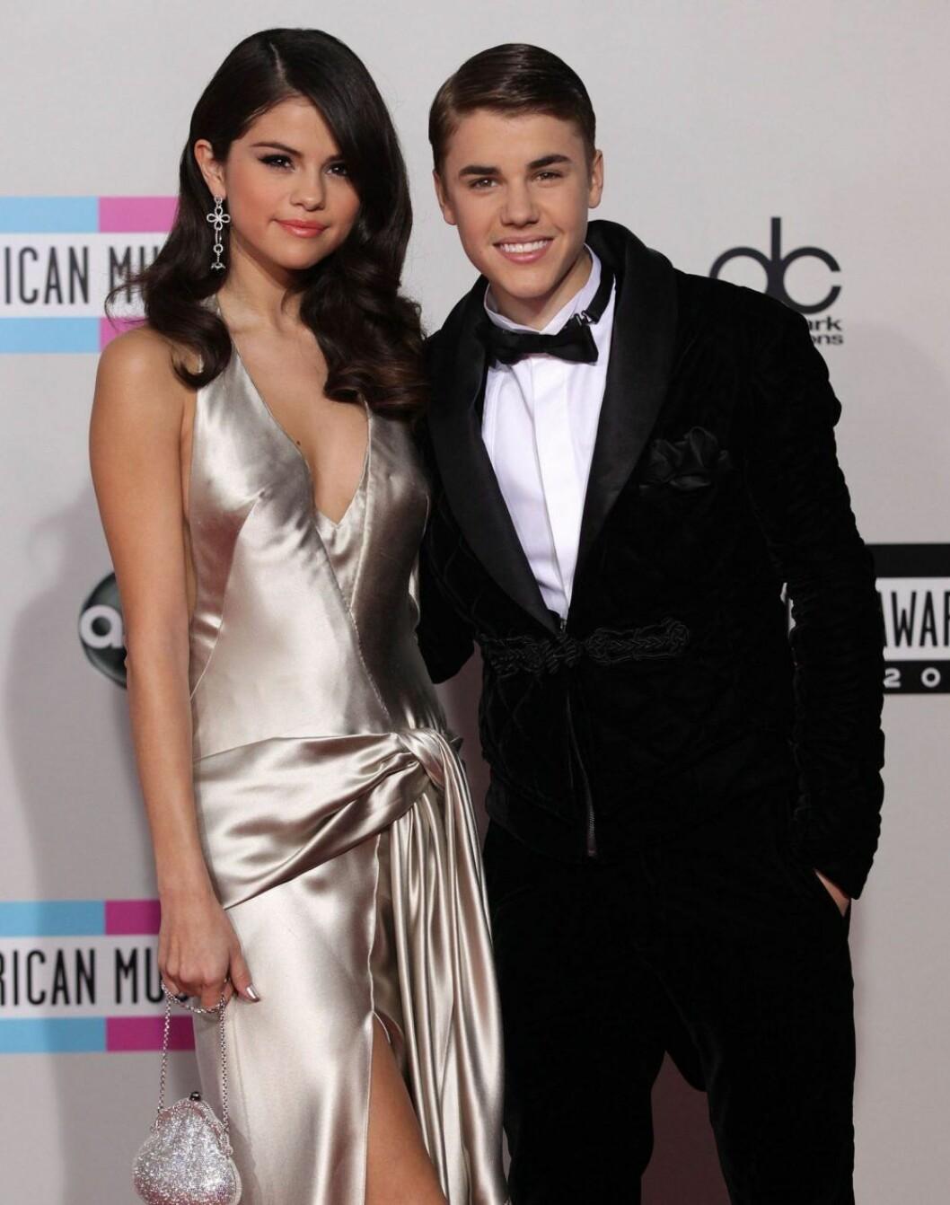 Justin Bieber och Selena Gomez håller rom varandra på röda mattan