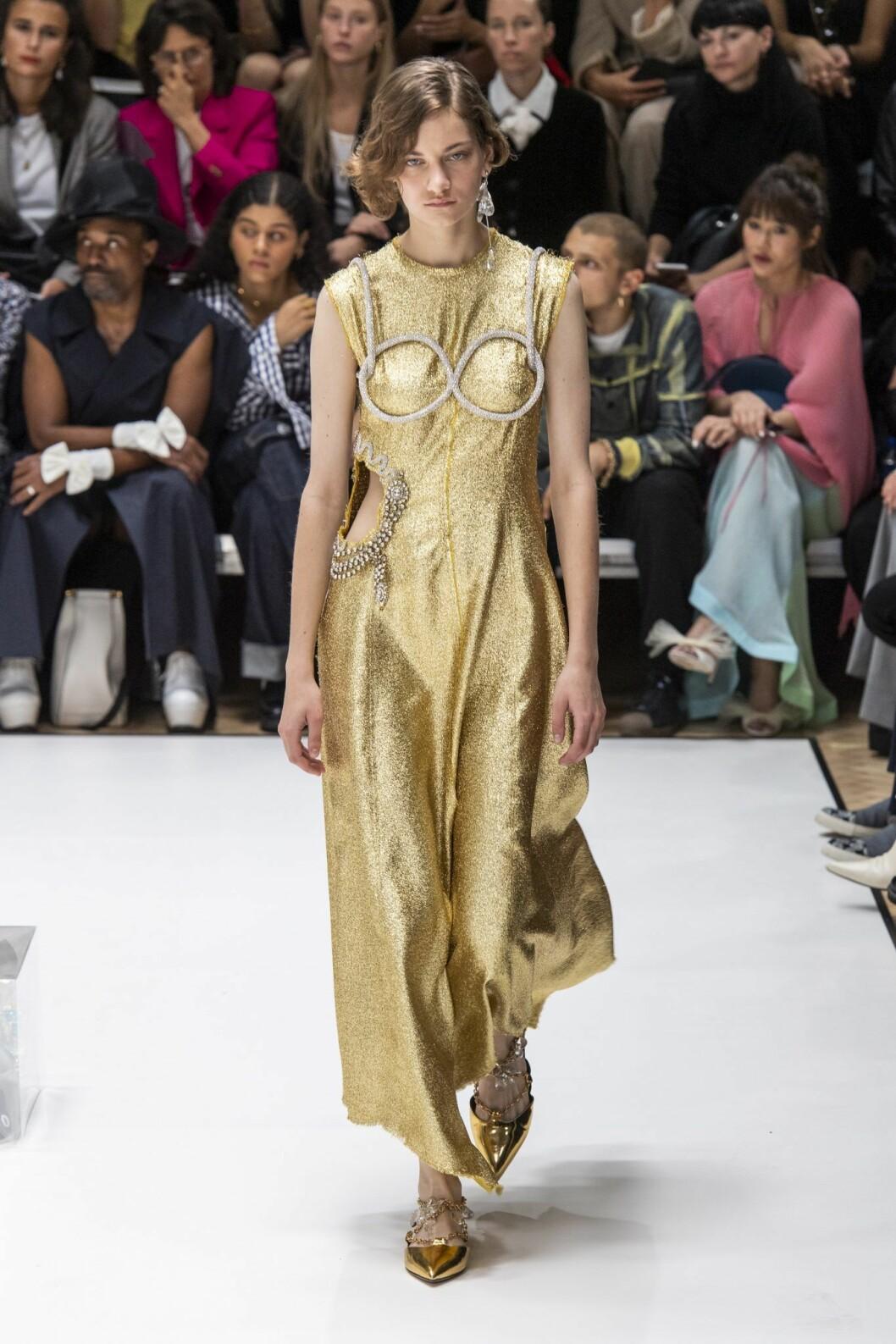 Lång guldklänning från JW Andersons vårkollektion 2020