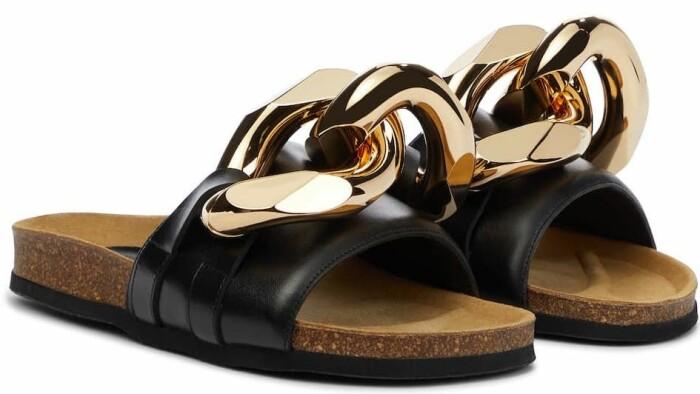 sandaler från JW andersson med trendig kedja som detalj.