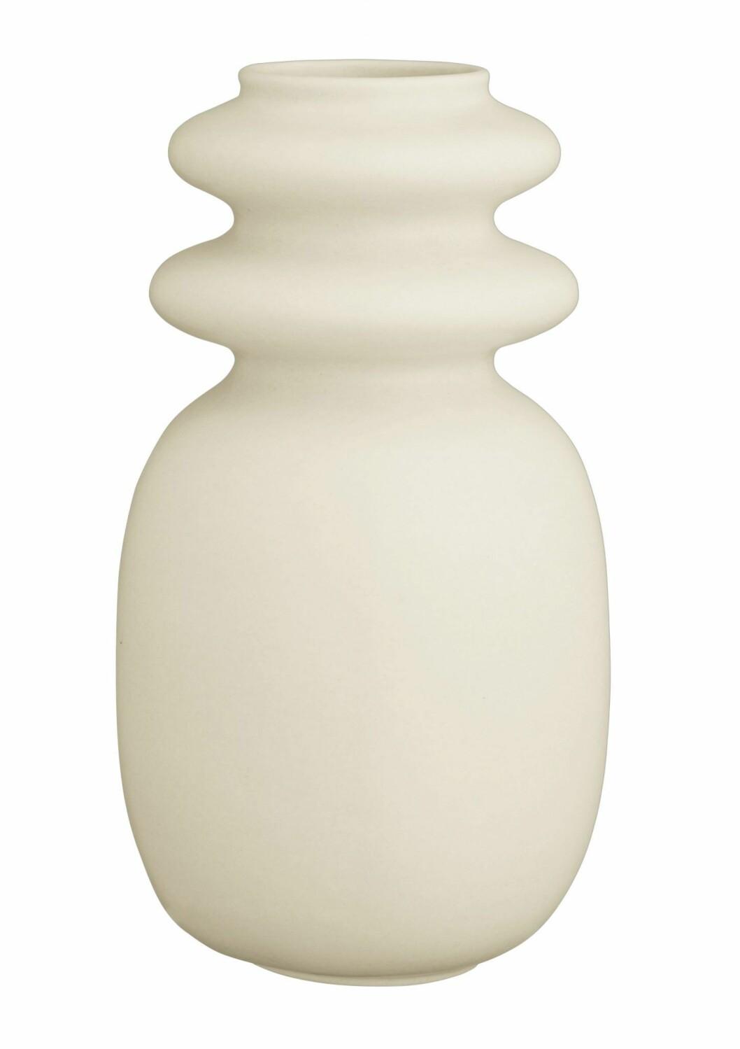 En neutral vas med mjuka kurvor är vasen Kontur vase med design av Turi Heisselberg Pedersen för Kähler.