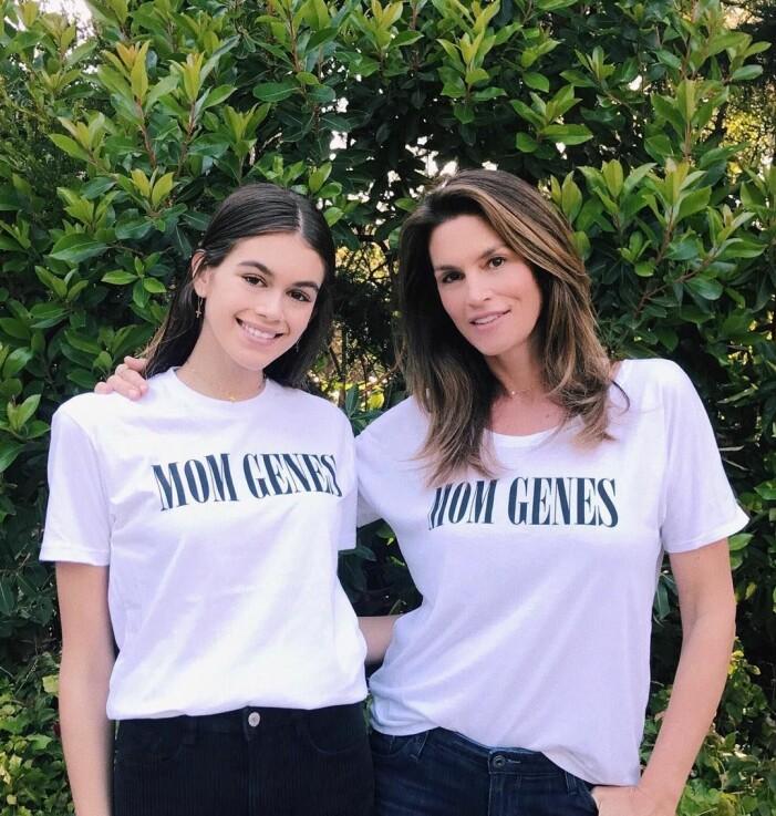 Kaia Gerber och Cindy Crawford i likadana tröjor med Mom genes i print