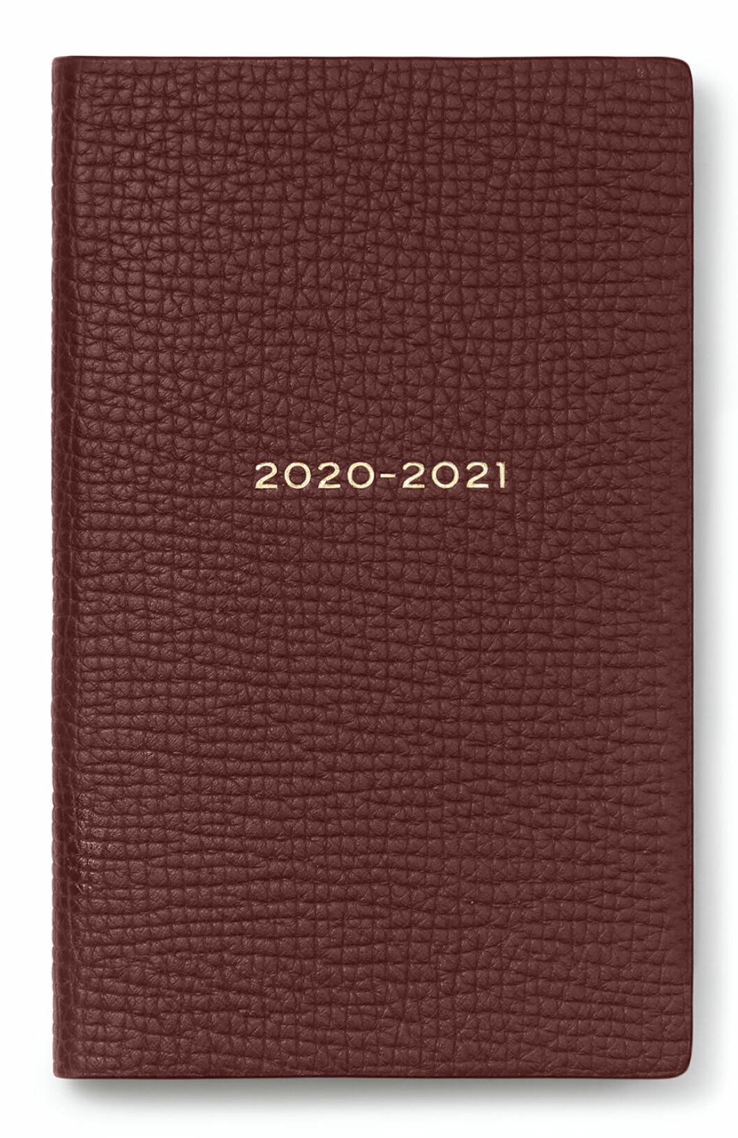 Denna chokladbruna kalender för 2020/2021 från Smythson gör oss peppade på jobb!