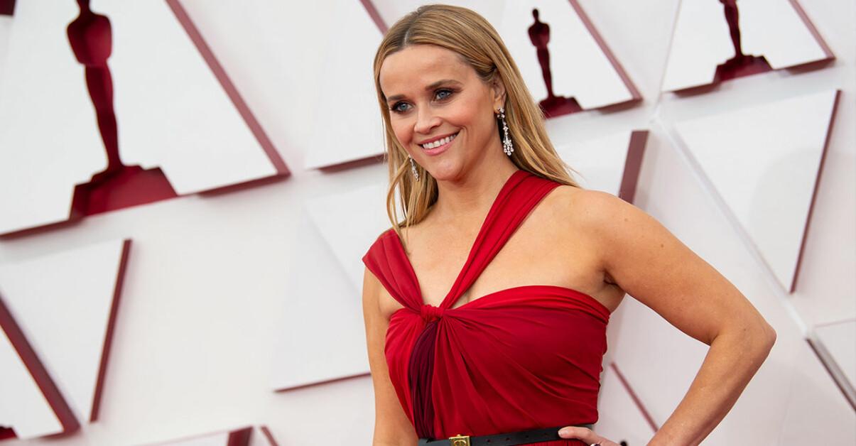 Reese Witherspoon ler på röda mattan