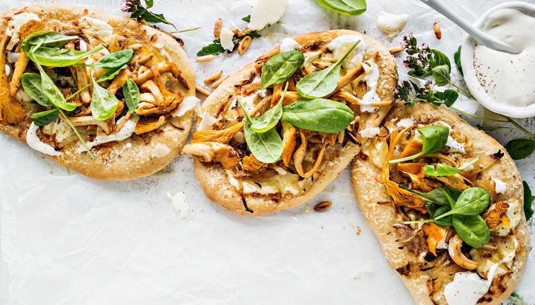 Recept på kantarellpizza med vitlökscrème och pinjenötter