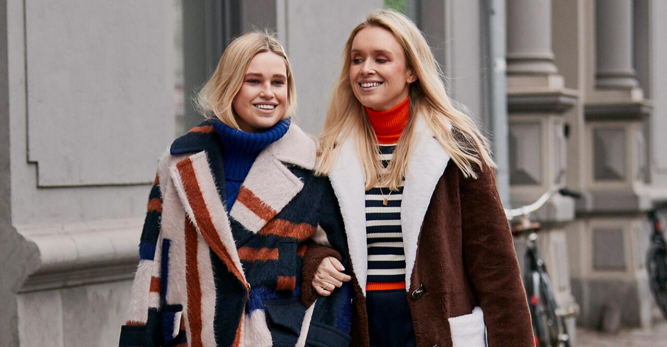 Två tjejer som håller om varandra och skrattar.