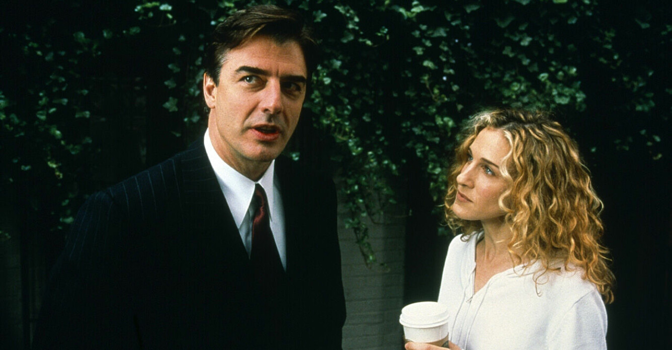 Scen ur Sex and the City. Carrie tittar på Big när hon håller i en kaffe.