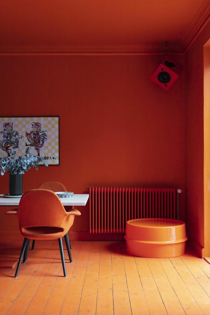 Hemma hos Karsten Lulloff Köpenhamn köket bord orange vägg