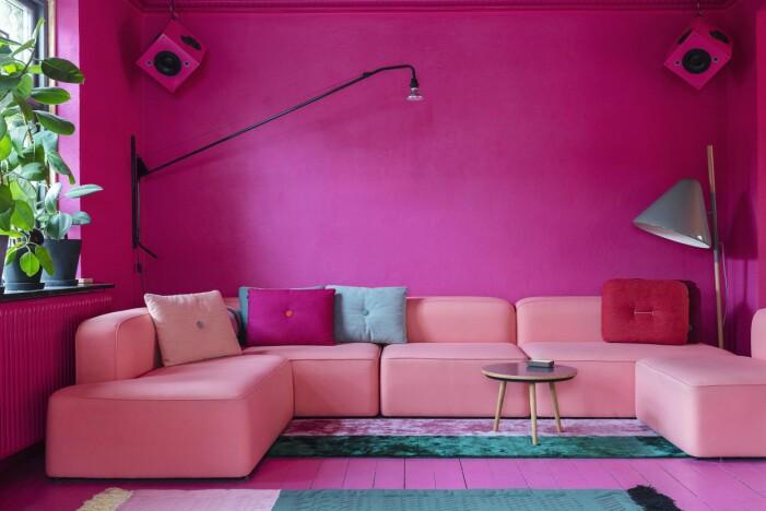 Hemma hos Karsten Lulloff Köpenhamn vardagsrum rosa soffa