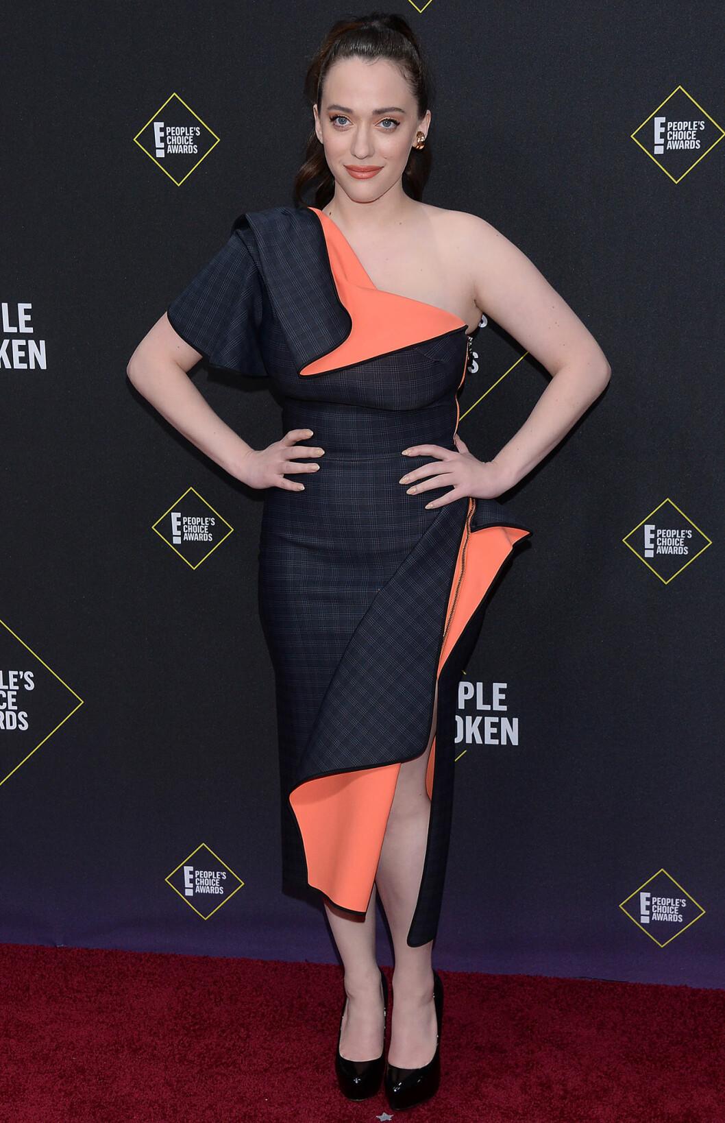 Kat Dennings på röda mattan på People's Choice Awards 2019