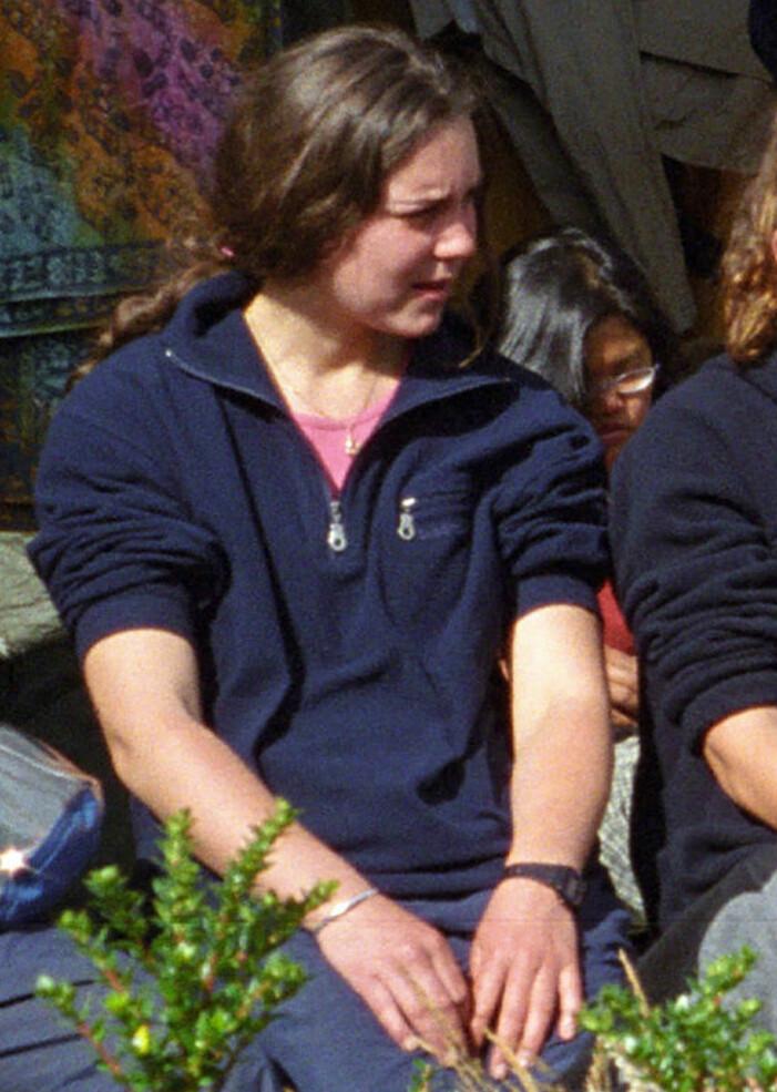 En ung Kate Middleton i blå tröja och hästsvans