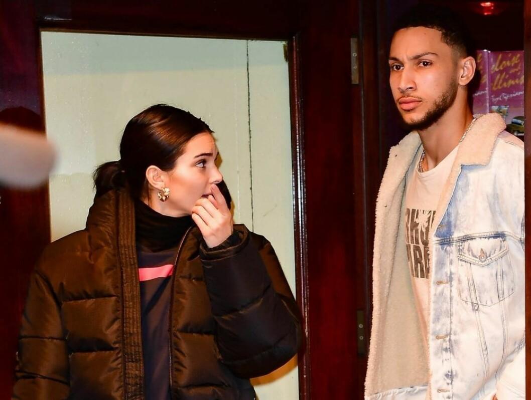 En paparazzibild där Kendall har svart jacka och tittar på Ben Simmons som i sin tur ser arg ut och tittar längre bort med blicken