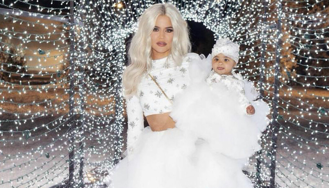 khloe kardashian med dottern True. Båda är klädda i vitt.