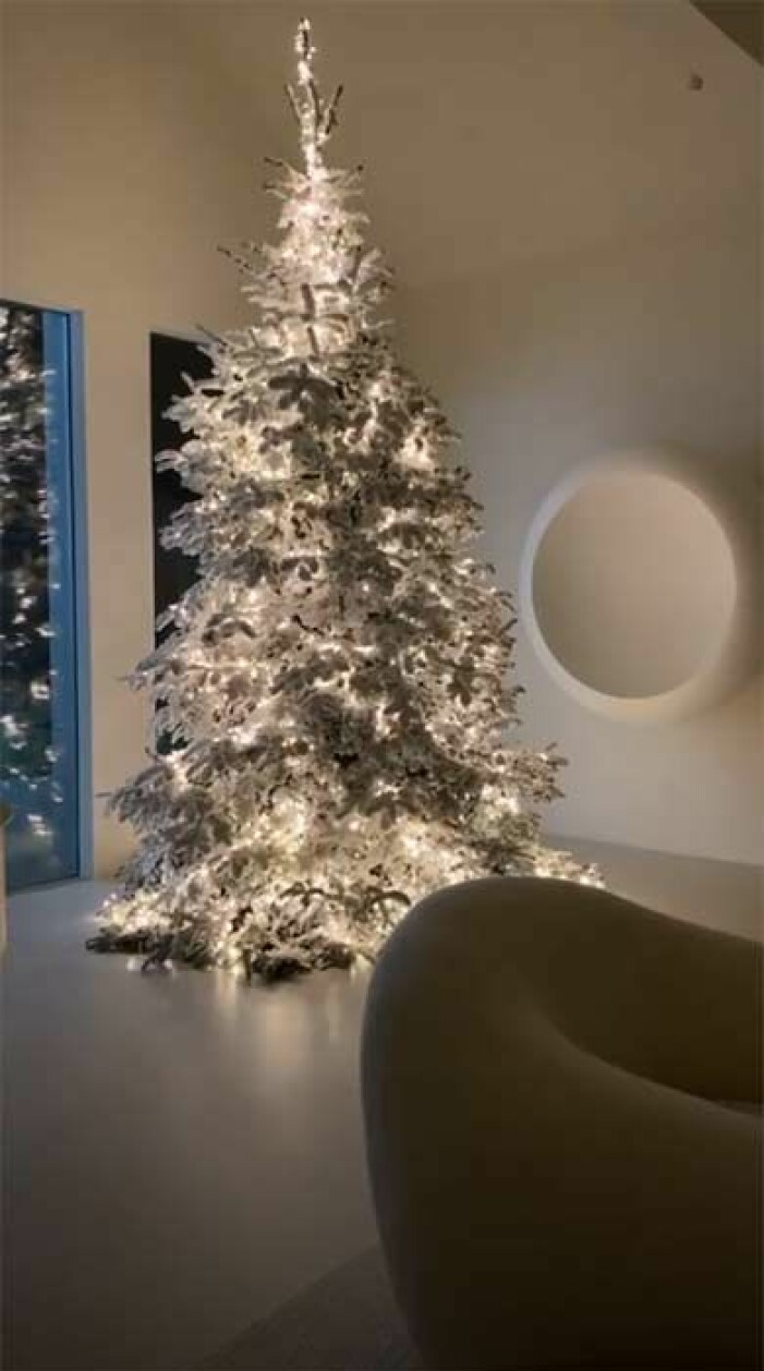 Kim Kardashian Wests julgran går i vitt