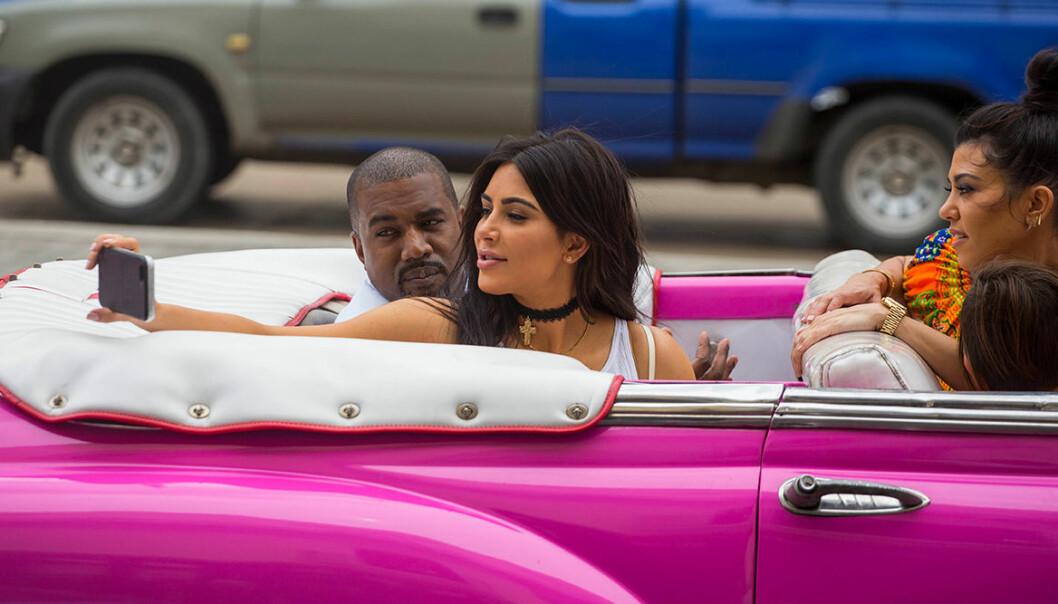 Kim Kardashian tar en selfie