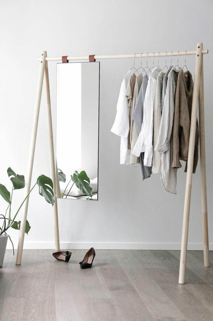 klädställning med spegel i trä