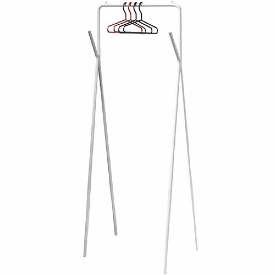Vit klädställning i stål