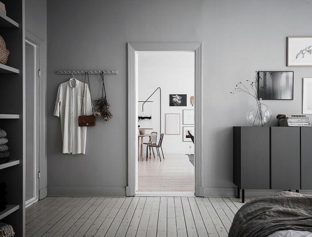 Krokar gör förvaringen av kläder i sovrummet snyggare
