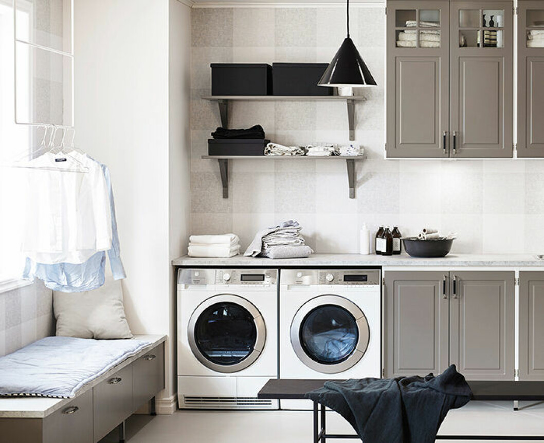 Häng upp de halvanvända kläderna i tvättstugan eller badrummet