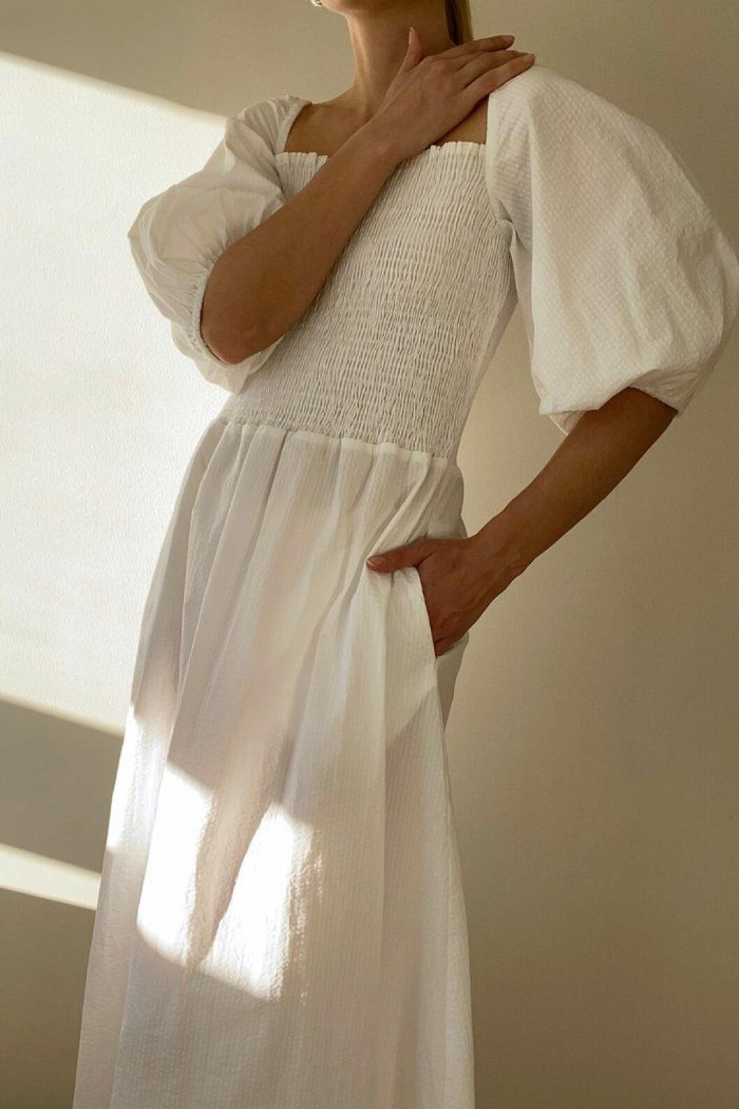 smockklänning från stylein med puffärmar.