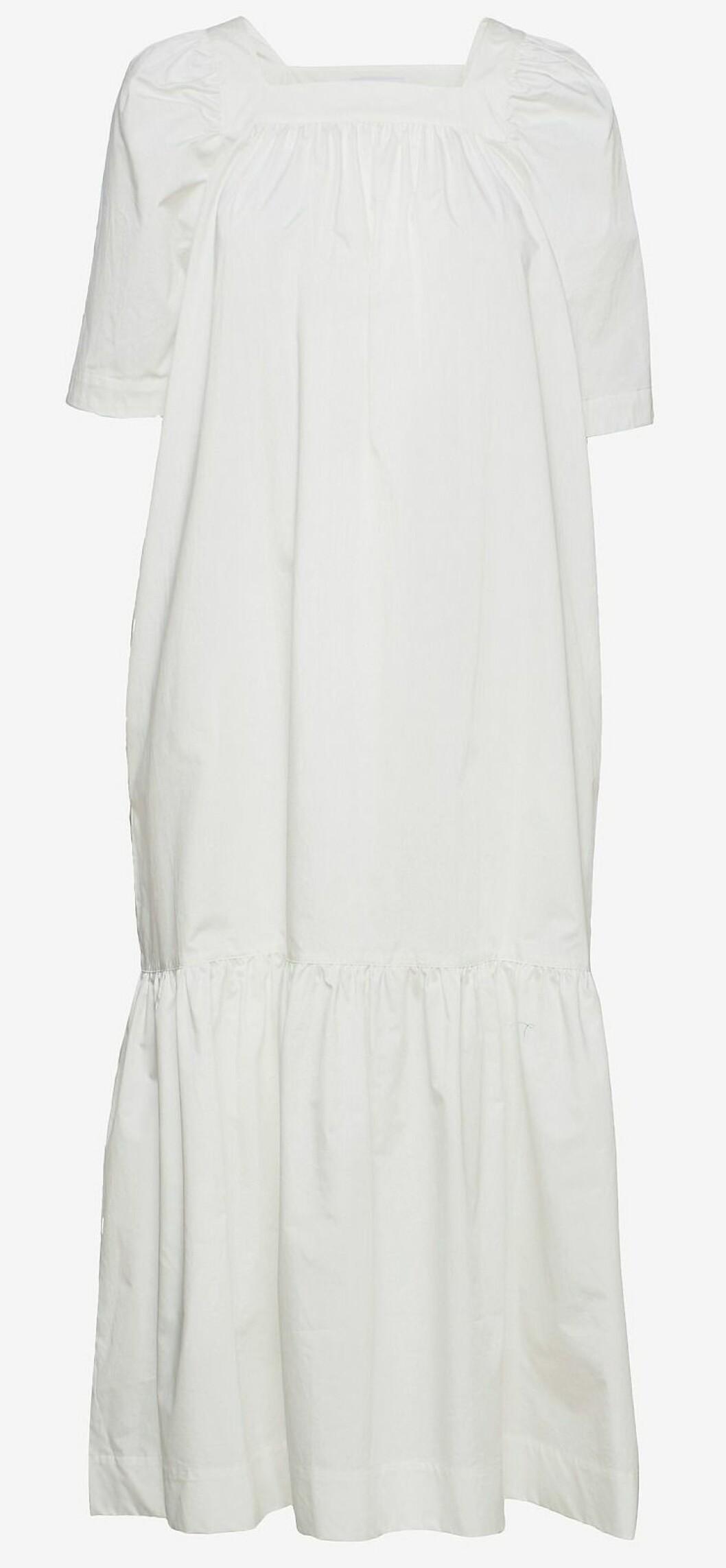 vit klänning från Rodebjer med fyrkantig halsringning.