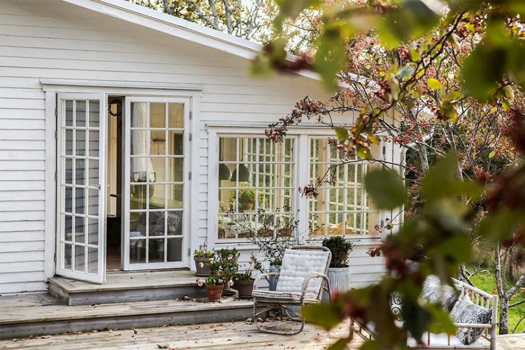 Vitt litet sommarhus på Klåverön
