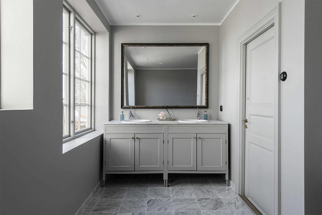 Snyggt grått badrum