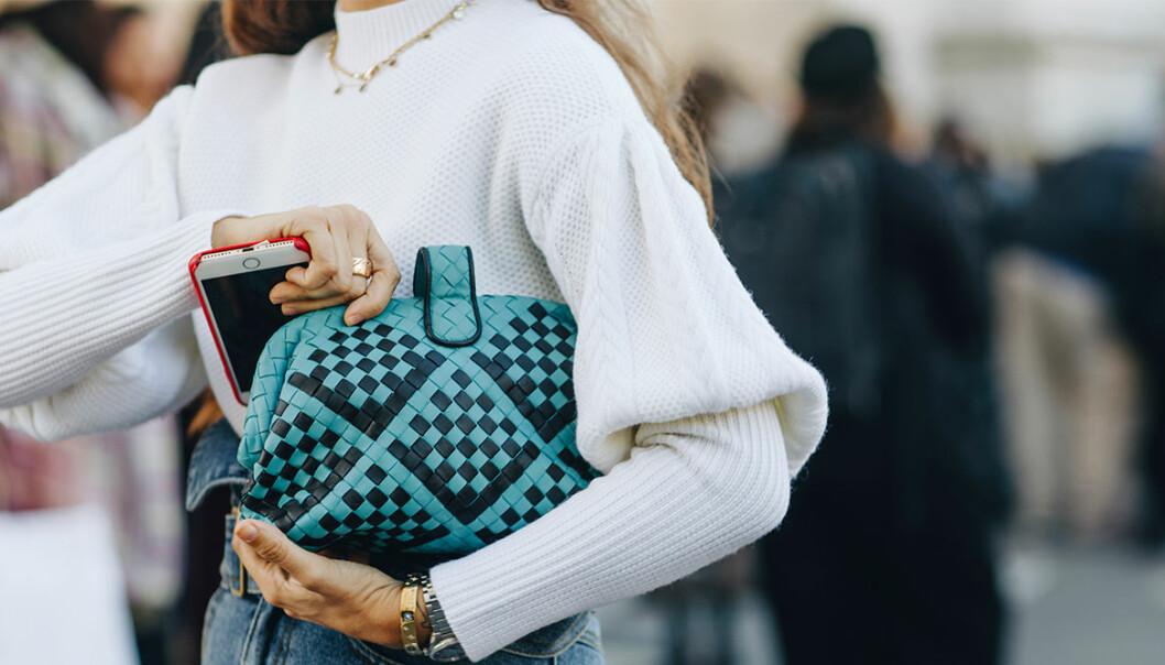 Kvinna med väska och armbandsklocka