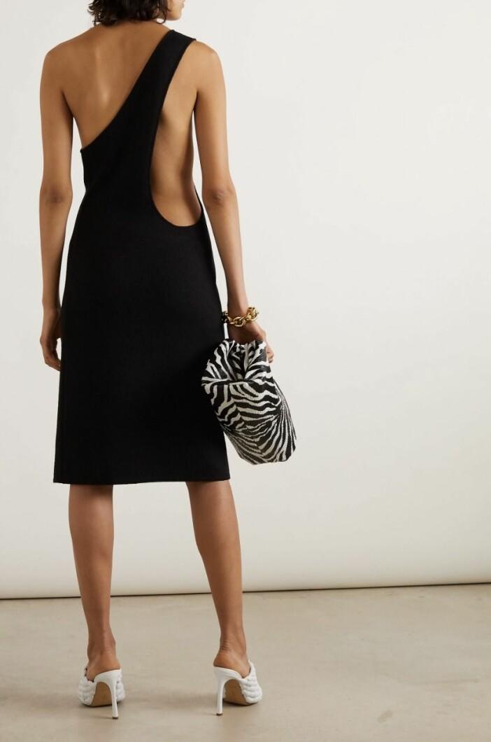 Knälång klänning från Bottega Veneta med vacker dekorativ rygg.