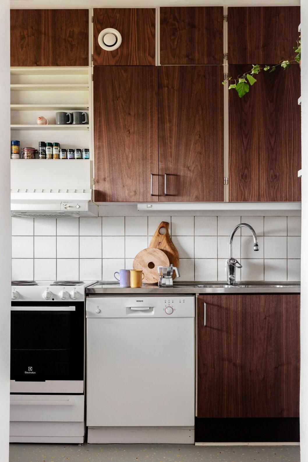 Kök i mörkt trä hemma hos träkonstnären i Stockholm