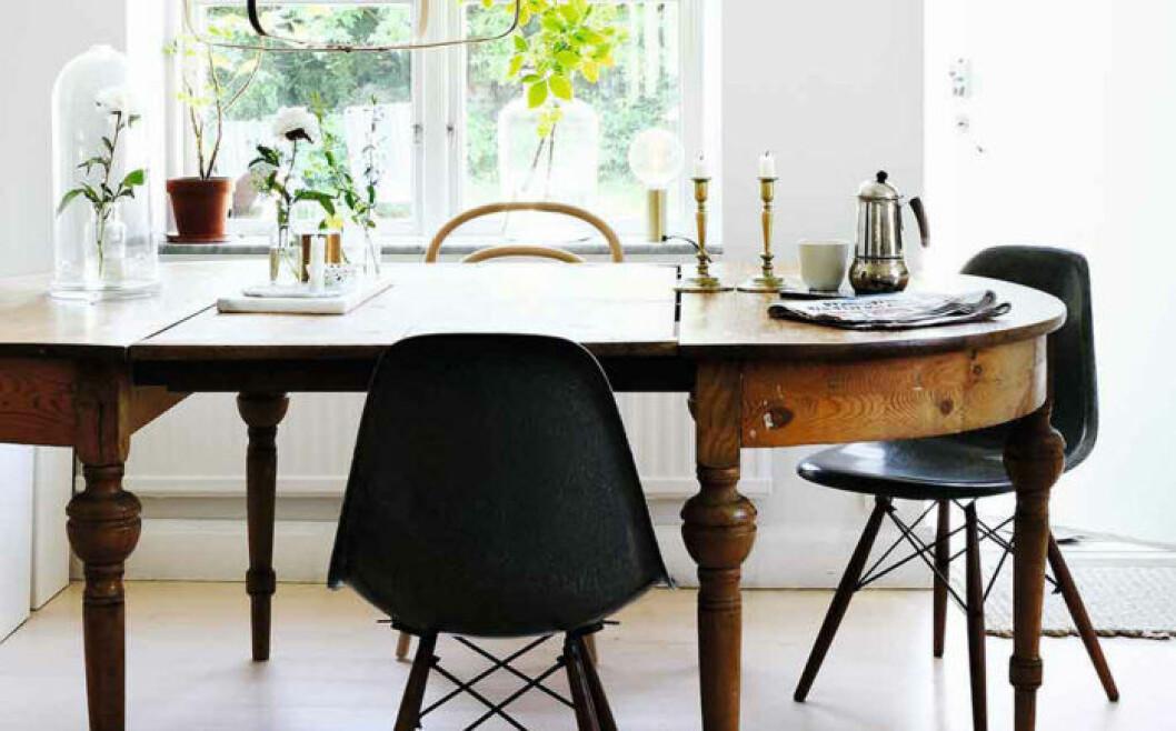 Köksbord med blandade stolar