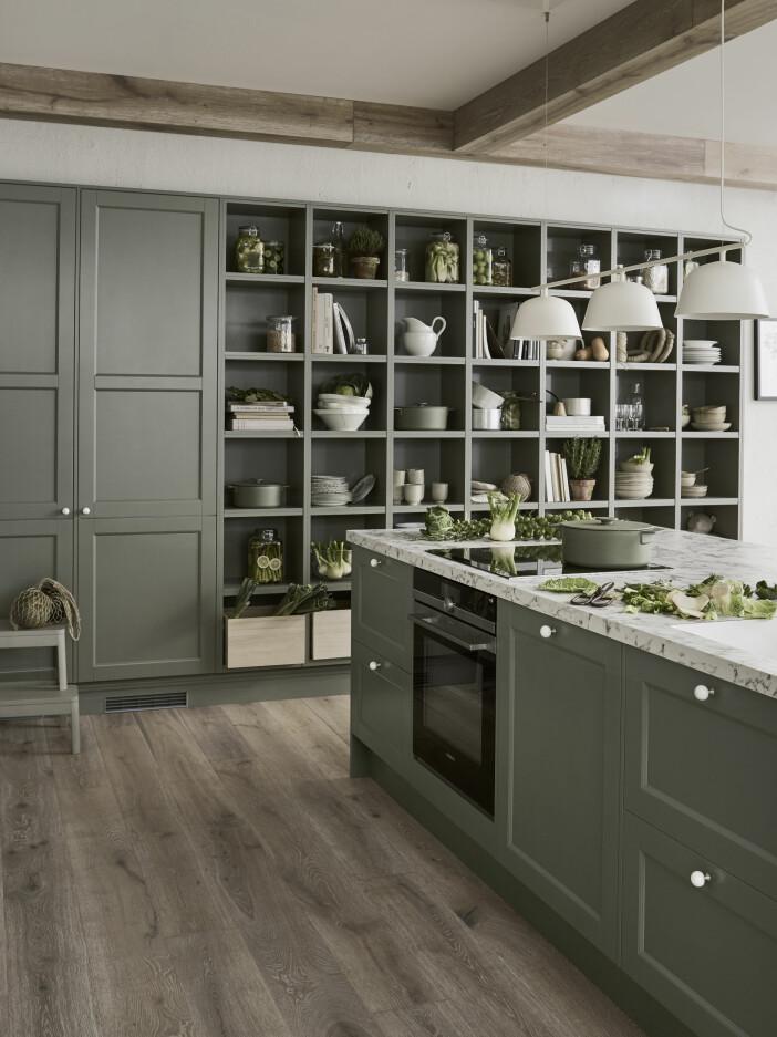 Kök i naturnära grön färg från Marbodals serie av jordnära kulörer