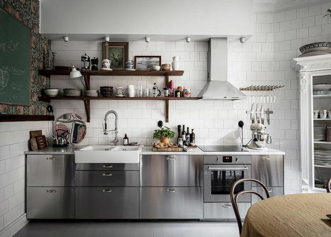 Kombinera olika typer av förvaring för ett snyggt och praktiskt kök