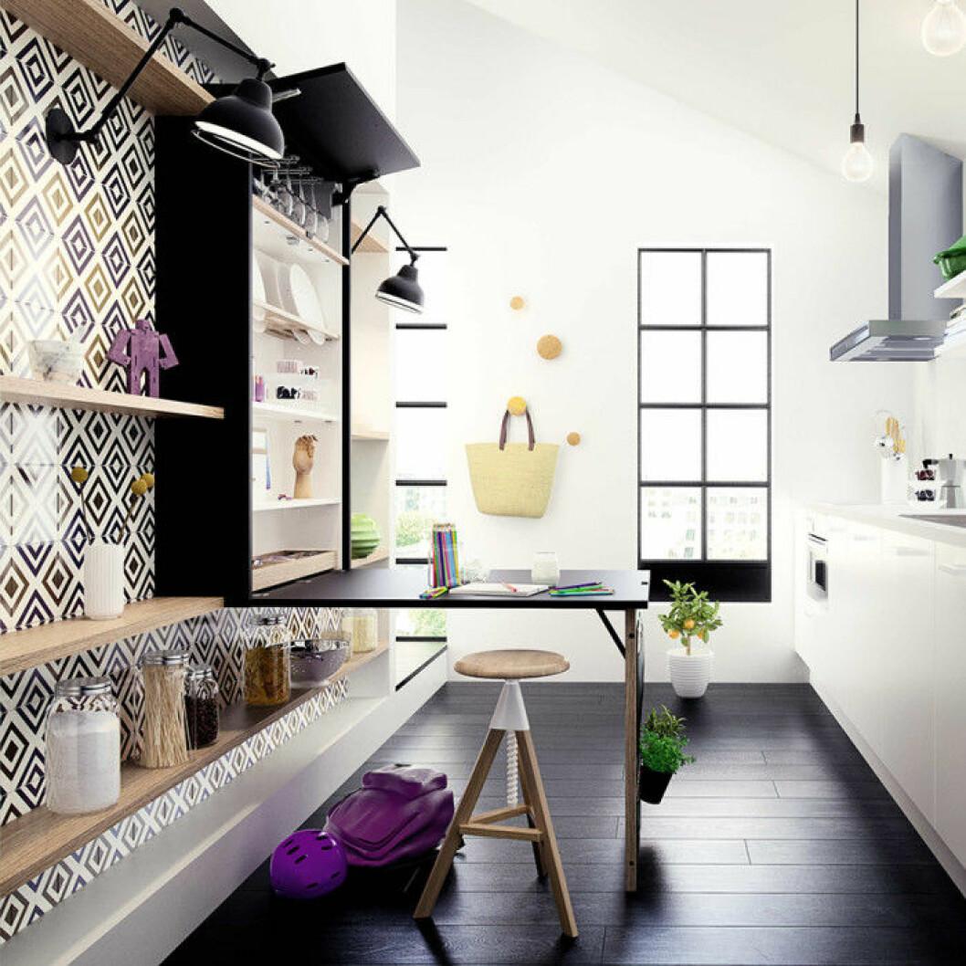 Kök med skåp som förvarar både porslin och ett bord för två som fälls ner.
