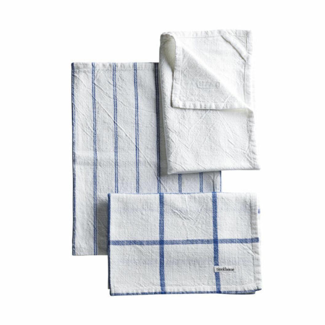 Tre vita handdukar med blåa inslag