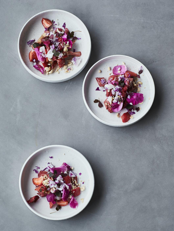 Bjud på kompott med rosenfrost och rostade mandlar