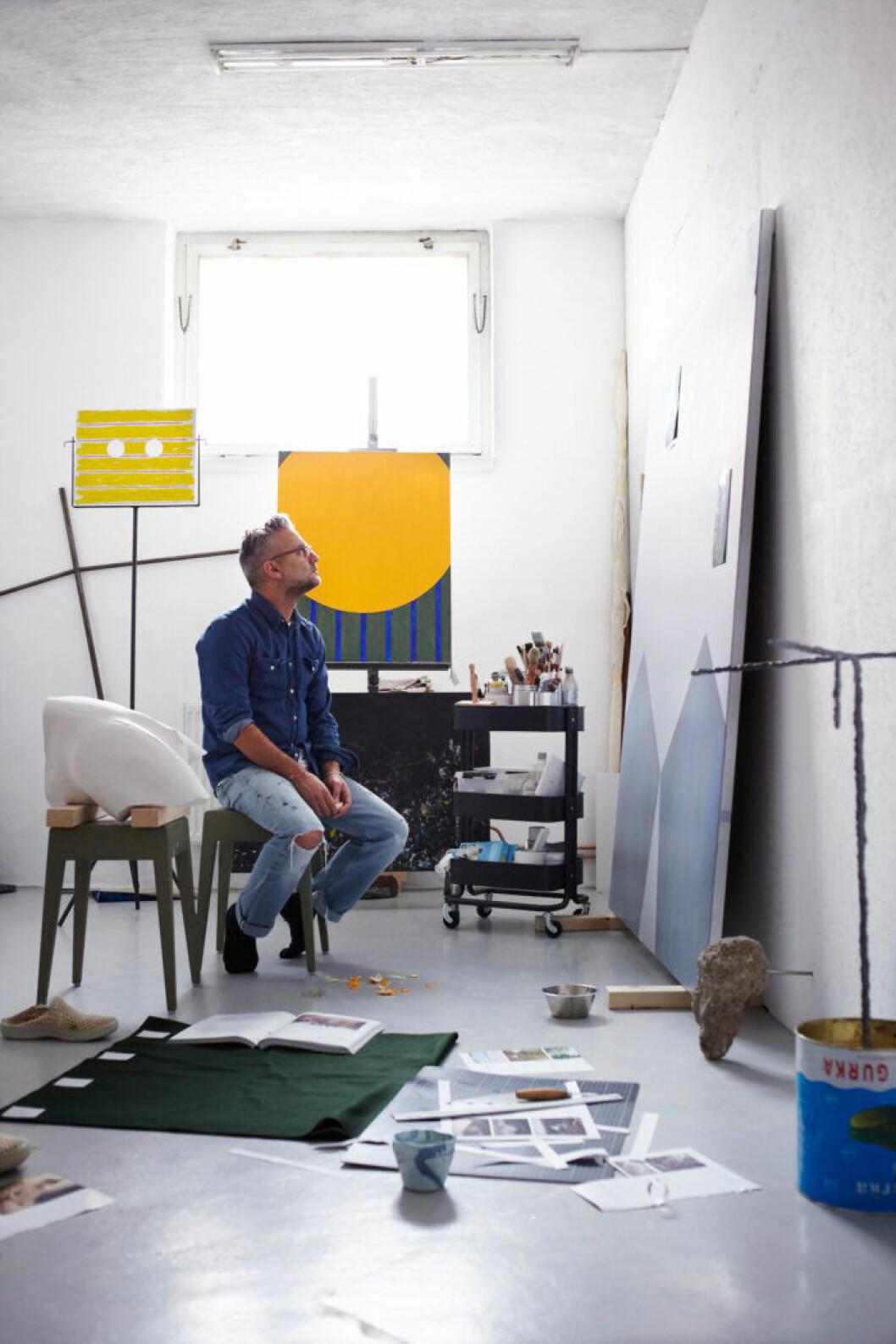 Jakob Solgren i sin ateljé