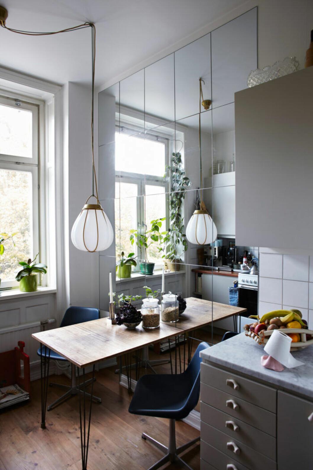 Spegelvägg i köket och gråmålade köksskåp från Alcro Designers