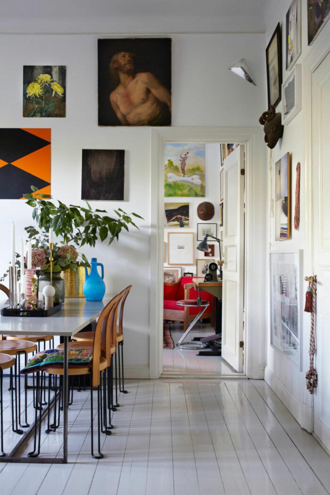 Konstverk och växter pryder hemmet